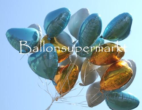 Herzballons aus Folie steigen in den Himmel auf