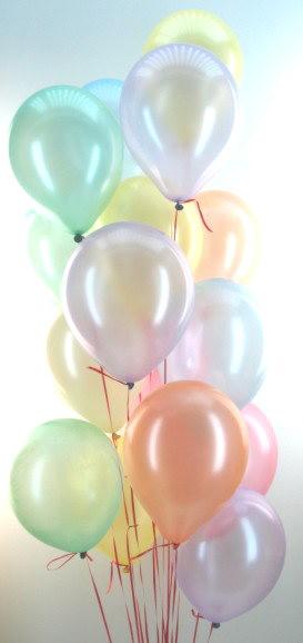 Ballons in Perlmuttfarben in einer Traube