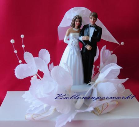 Hochzeitspaar in weißen Blüten, Tischdeko und Hochzeitstorten-Dekoration